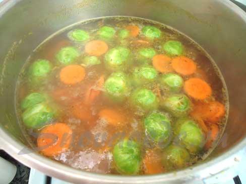 овощи положить в бульон