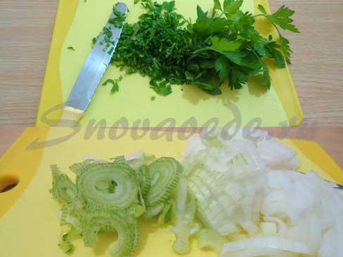 лук и зелень мелко порезать