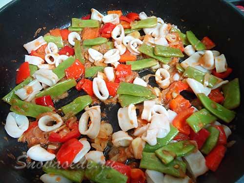 обжарить овощи с кальмарами