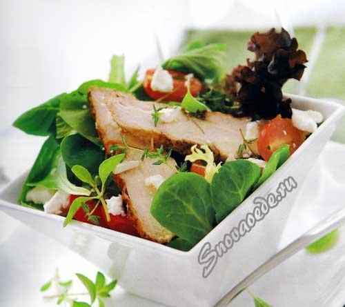 Салат с куриной грудинкой и брынзой