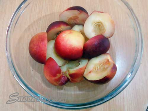 удалить косточки из персиков