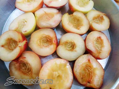 персики уложить в форму