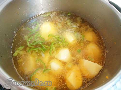 положить  в бульон картофель