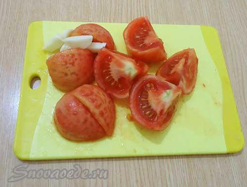 помидоры разрезать на четыре части