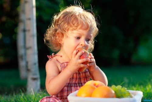 девочка ест грушу