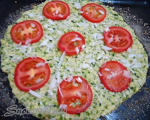 положить порезанные помидоры и лук