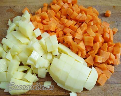 порезать морковь и картофель