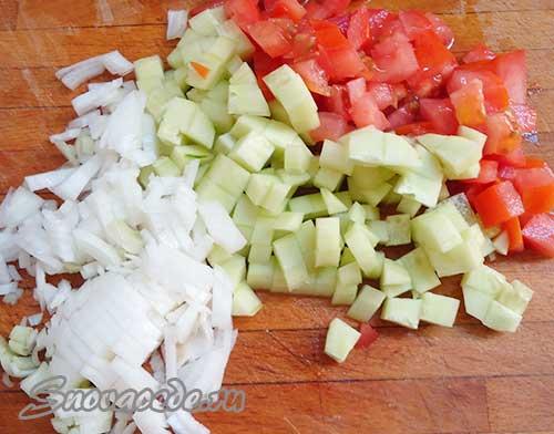 порезать лук, огурец и помидор