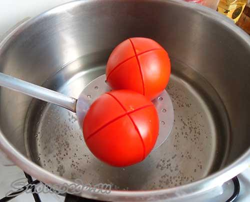 помидоры окунуть в кипяток