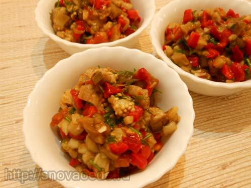 Салат из запеченных баклажанов, перца и помидоров