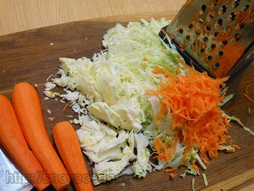 нашинковать капусту и морковь