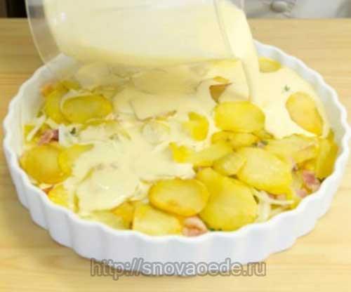 залить яйцами смешанными со сливками