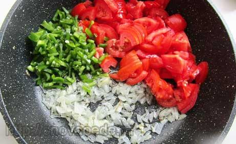 лук, перец, томаты обжарить