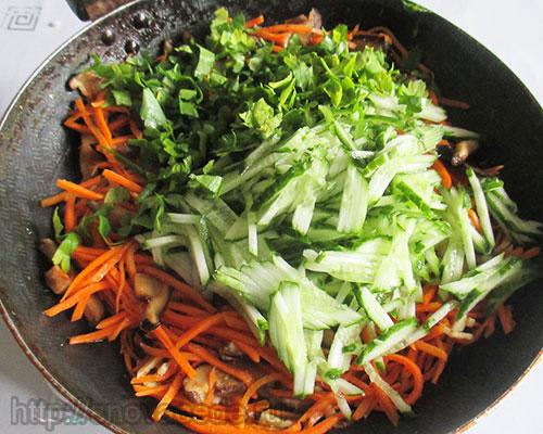 салат с морковью и огурцами