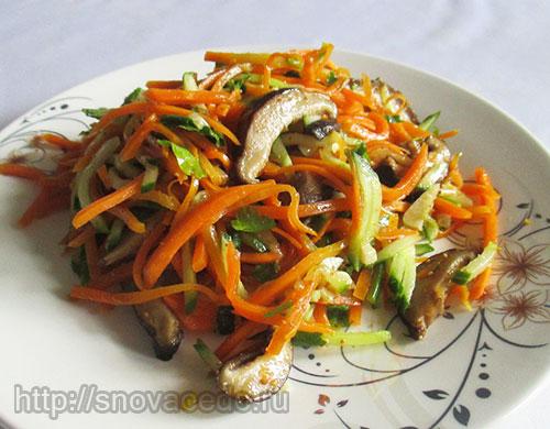 Салат с грибами, морковью и огурцами